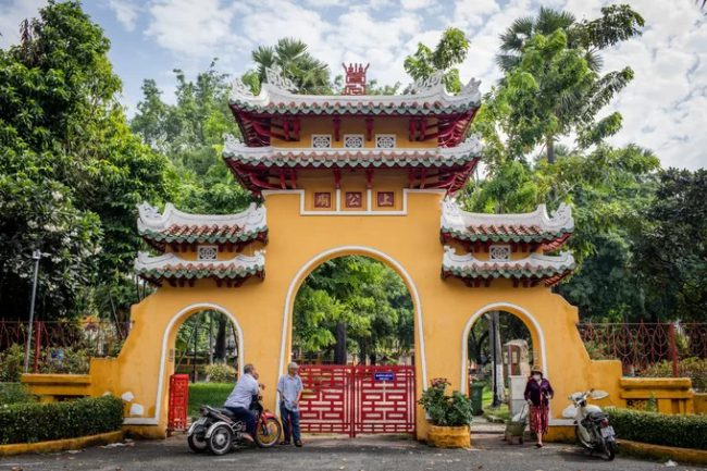 Lăng có 4 cổng, trong đó cổng chính ở phía Nam (mở ra đường Vũ Tùng) được thiết kế theo kiểu Tam quan, phía trên khắc ba chữ