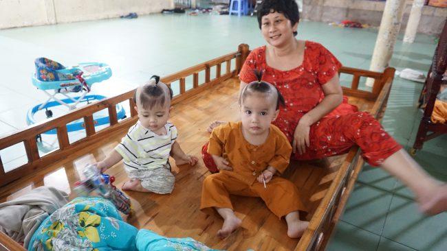 Các bé nhỏ dưới 3 tuổi được bảo mẫu, là những Phật tử của chùa chăm sóc