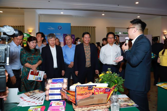 Đại biểu tham quan gian hàng của các doanh nghiệp.