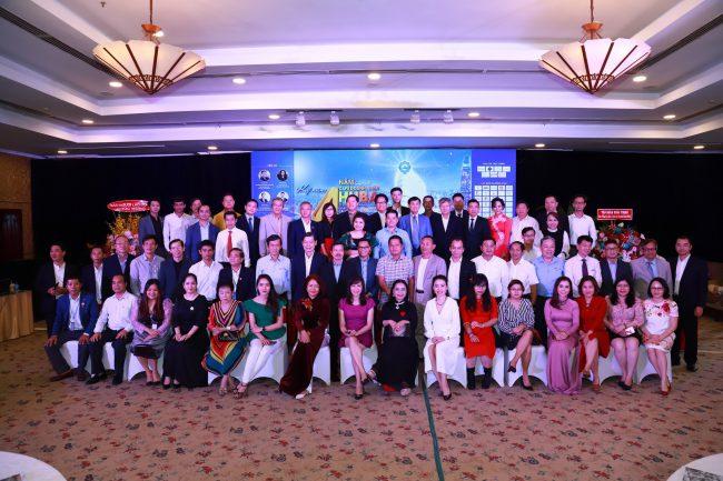 Các khách mời chụp ảnh lưu niệm tại chương trình kỷ niệm 4 năm Cafe Doanh nhân HUBA